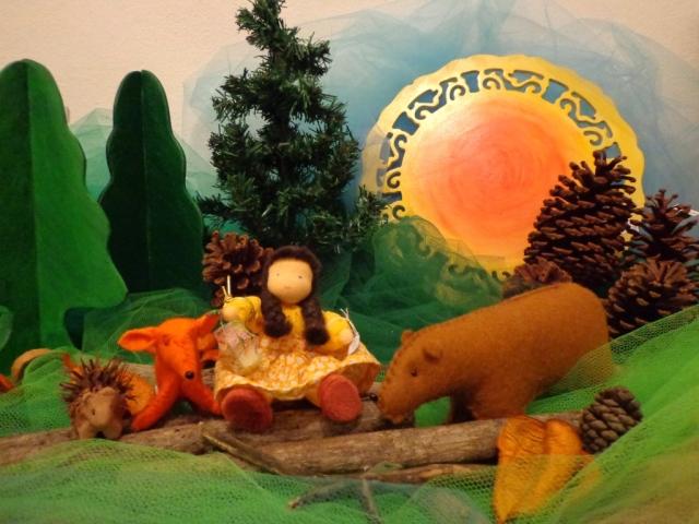 Peças para mesa de época MENINA DA LANTERNA  1 boneca menina do Atelier de Bonecas Evi mais kit Fios e Lendas: 1 lanterna, 1 ouriço, 1 raposa, 1 urso, 1 pinheiro papel, 2 pinheirinhos MDF, 1mandala dia/noite, tule em cores variadas, pinhas, sementes e gravetos.
